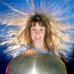 Почему электризуются волосы?