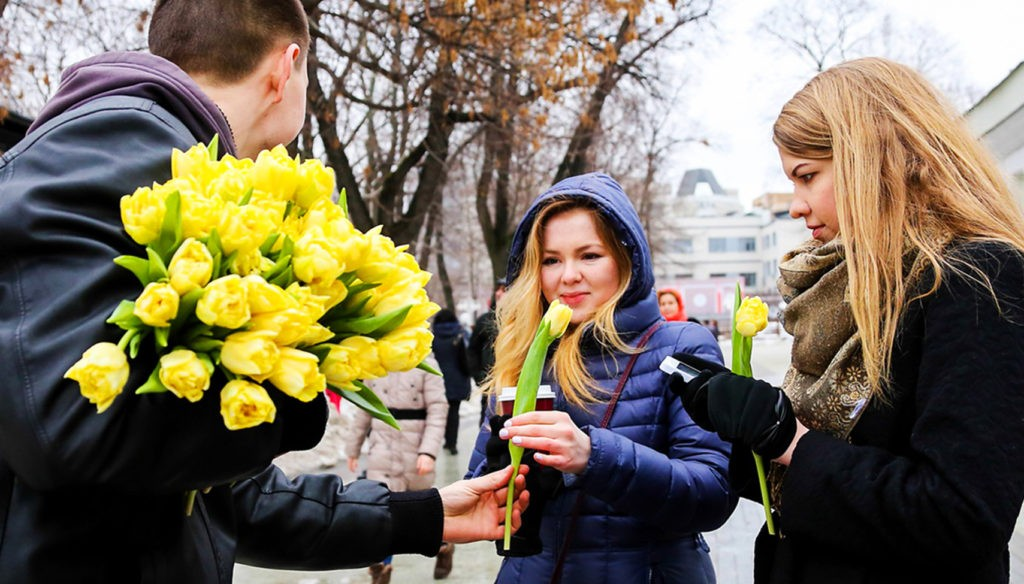 8 марта на улицах часто проводятся акции с вручением цветов