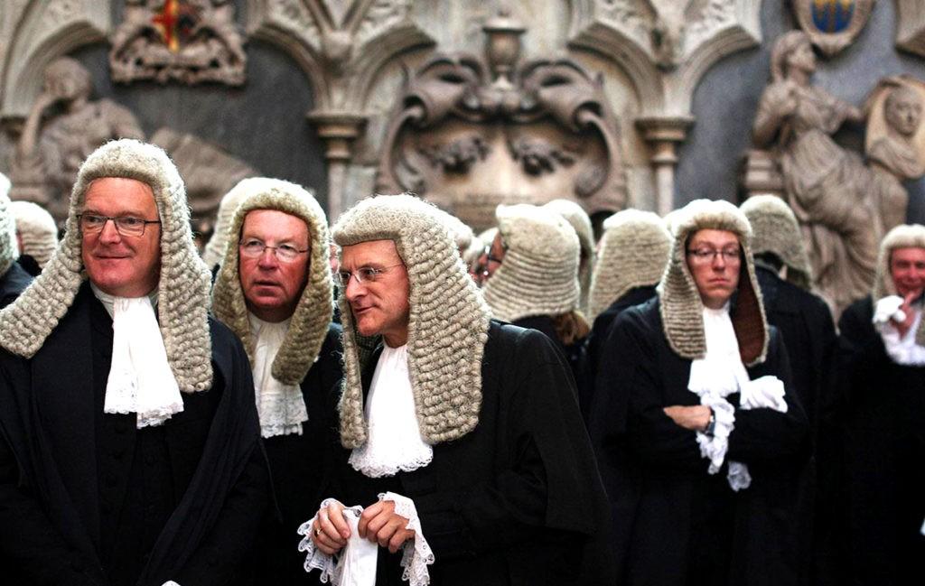Британские юристы обязаны носить парики во время судебных заседаний