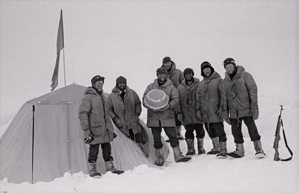 Фото Дмитрия Шпаро и его команды во время экспедиции 1979 года.