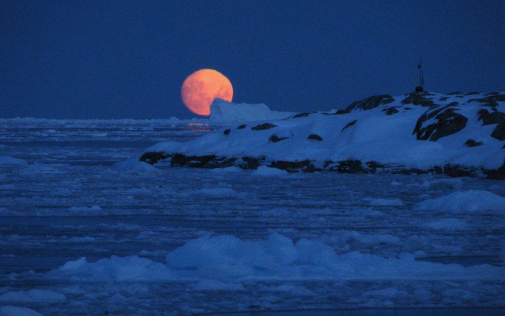 Фото Луны на Северном полюсе