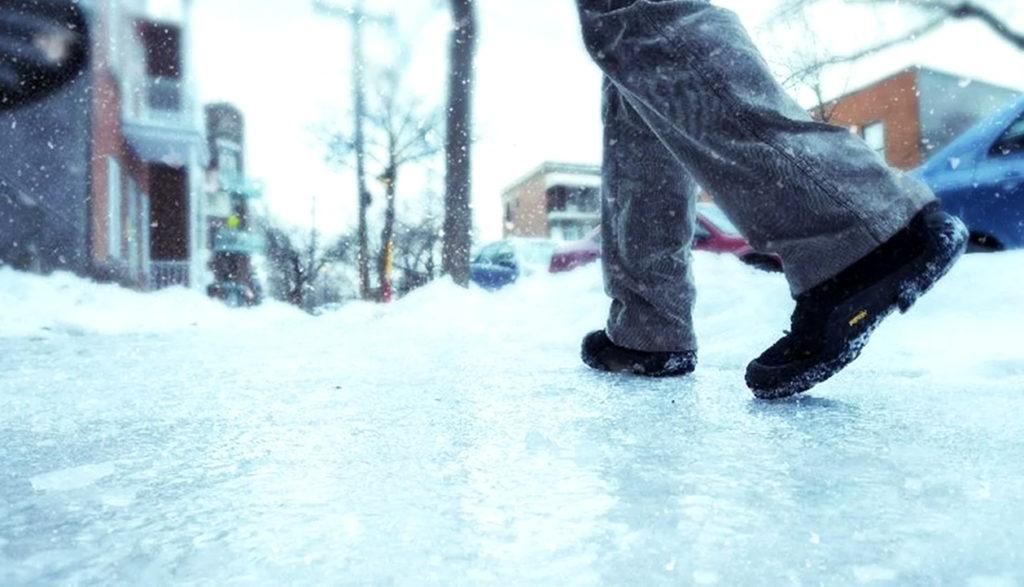 Во время гололеда горизонтальные поверхности покрываются плотным слоем льда