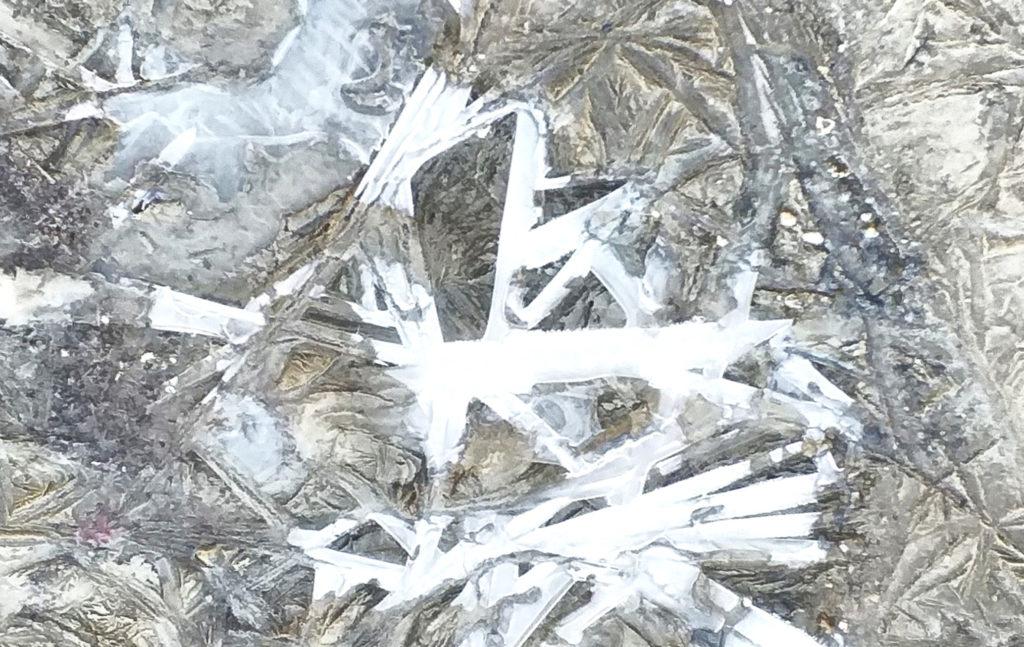 Лед при гололедице имеет неровную структуру и небольшую толщину