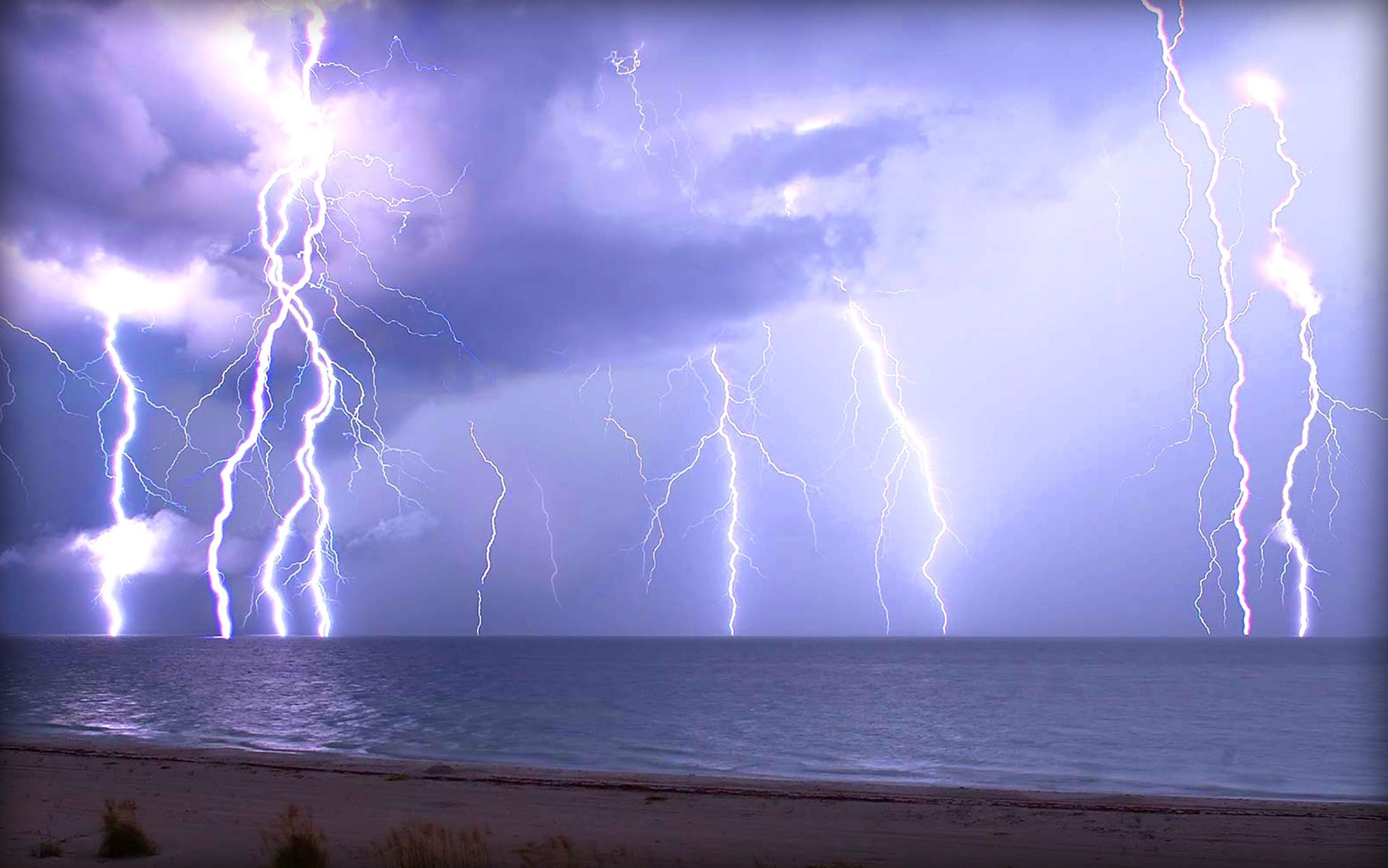 Если молния ударит в пруд, на сколько нагреется вода?