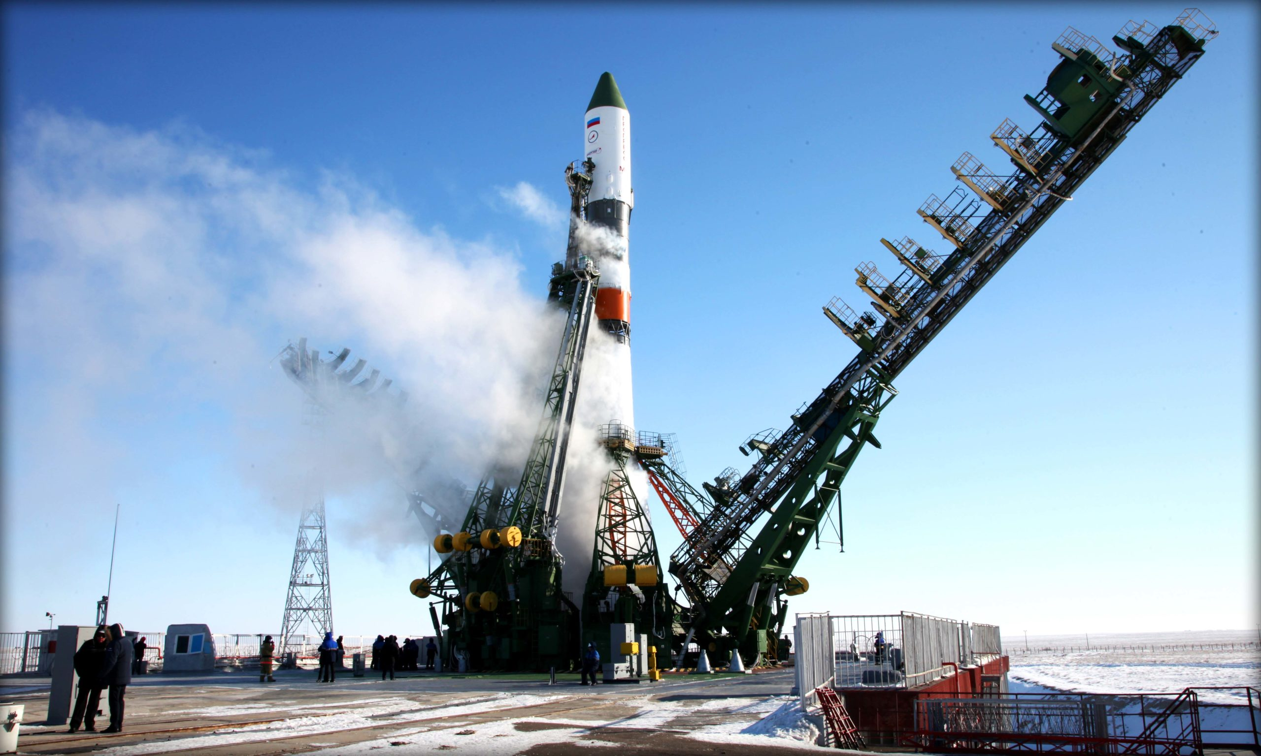 Что за дым выходит из ракеты перед стартом?