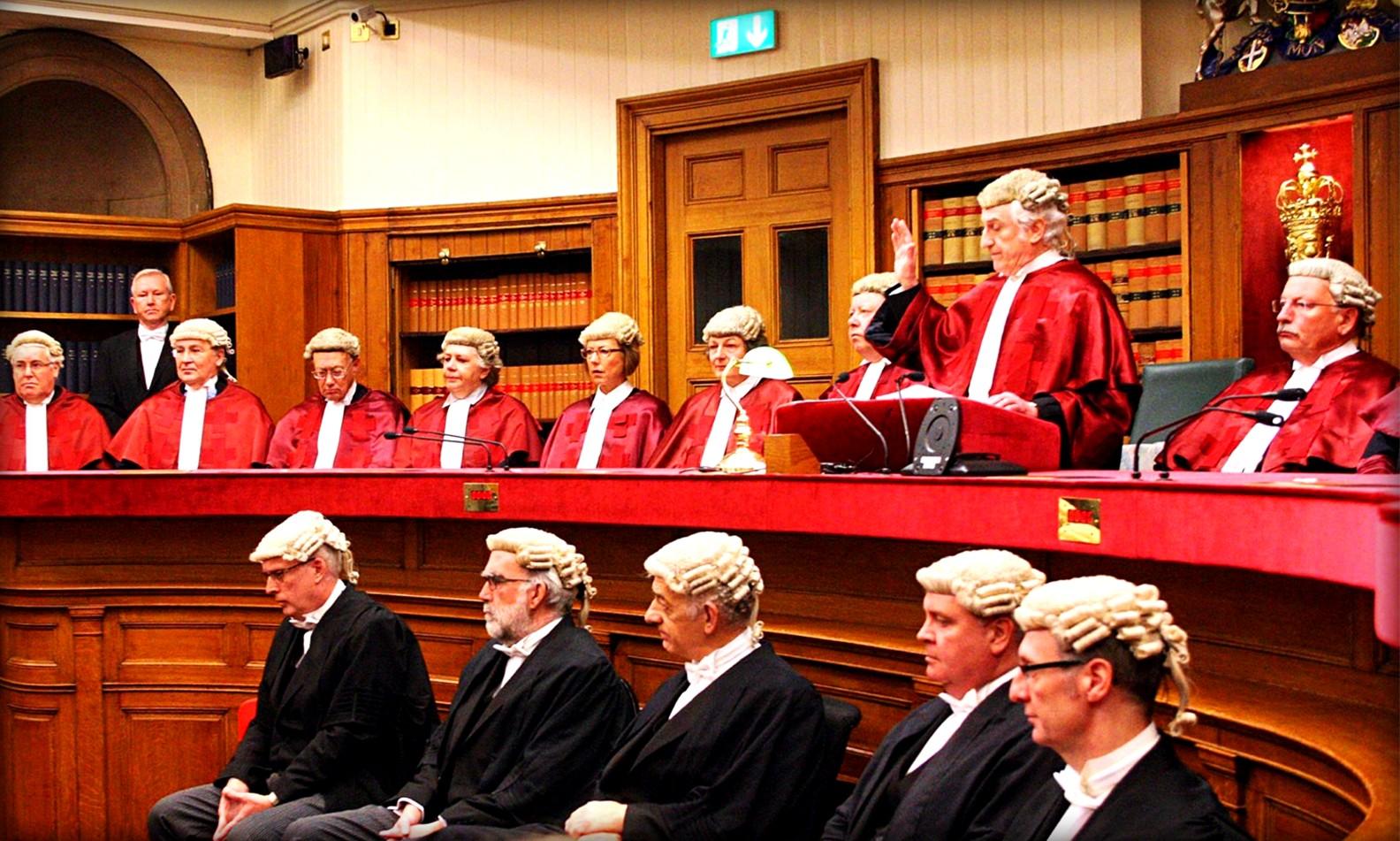 Почему британские юристы носят парики?