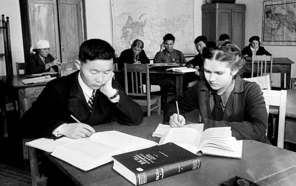 В старших классах ученики изучали историю и различные науки. Русский язык они должны были освоить еще в средней школе