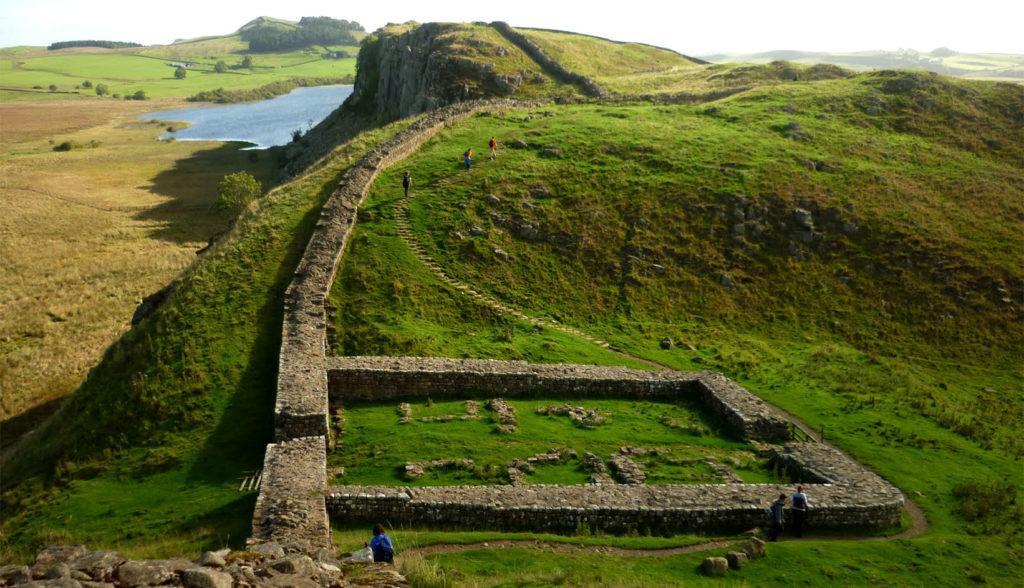 Укрепление Вал Адриана построили римляне в 122-128 гг. (Великобритания)