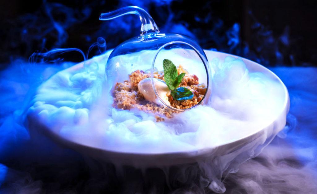 Жидкий азот широко используется в молекулярной кухне для мгновенного охлаждения блюд
