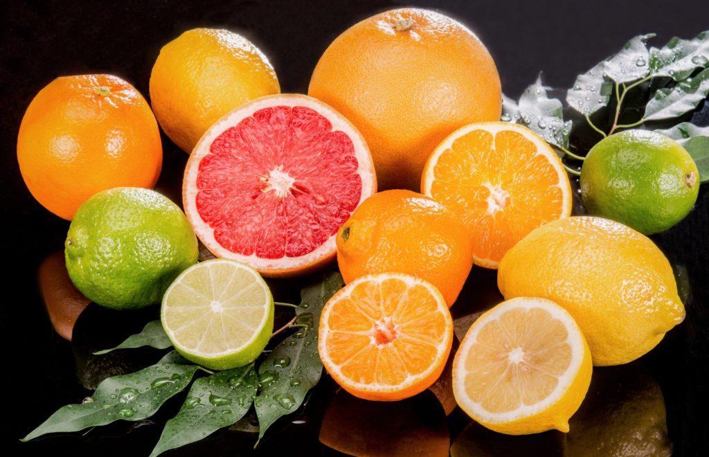 Цитрусовые фрукты содержат большое количество витамина С