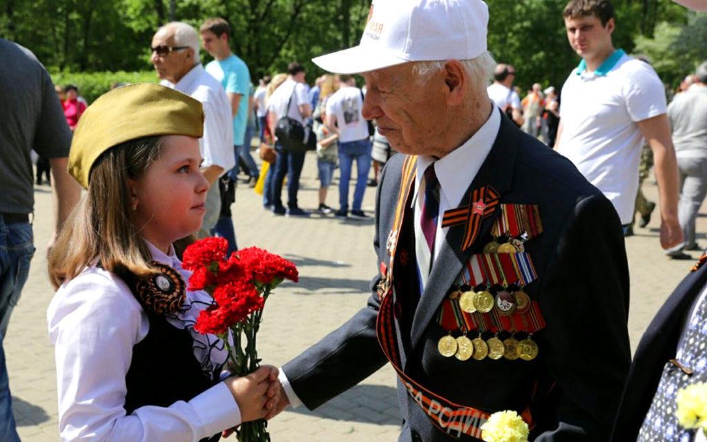 Вручение красных гвоздик ветерану