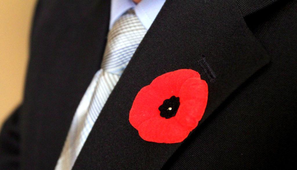 Красный мак на одежде - символ Победы в Европе