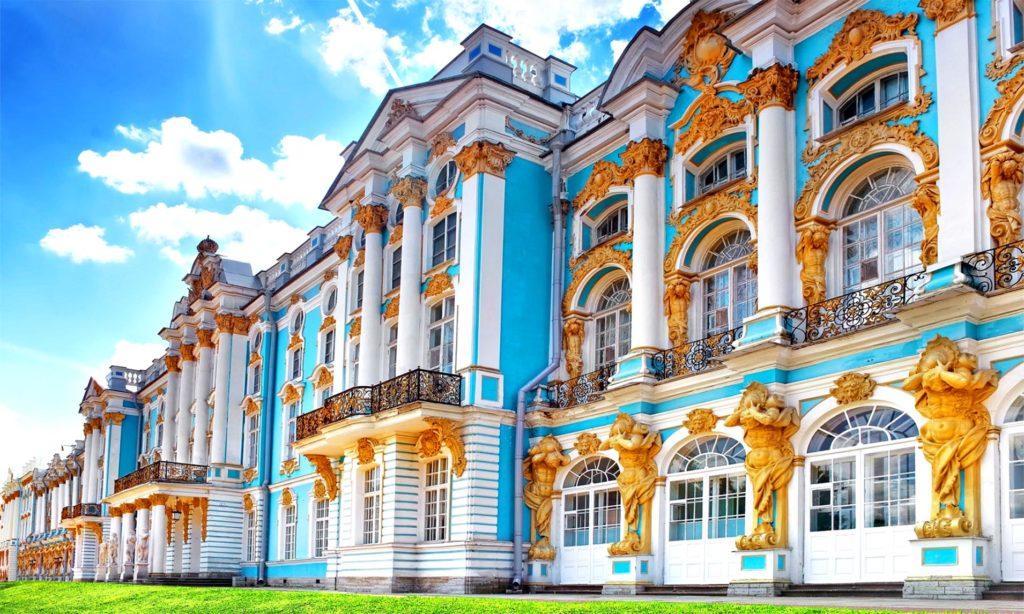 Екатерининский дворец (основан в 1717 г., строительстве завершено в 1756 г.)