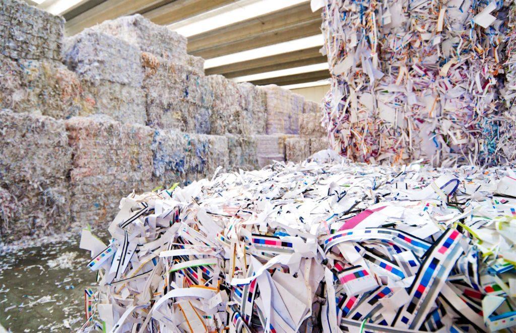 Бумага измельчена и спрессована для повторной переработки