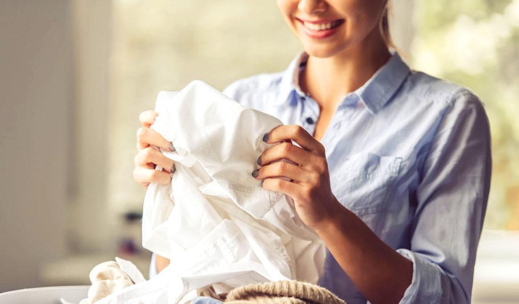 Одежду иногда крахмалят и сейчас, но для этого придуманы готовые средства, которые распыляют на ткань в процессе глажки