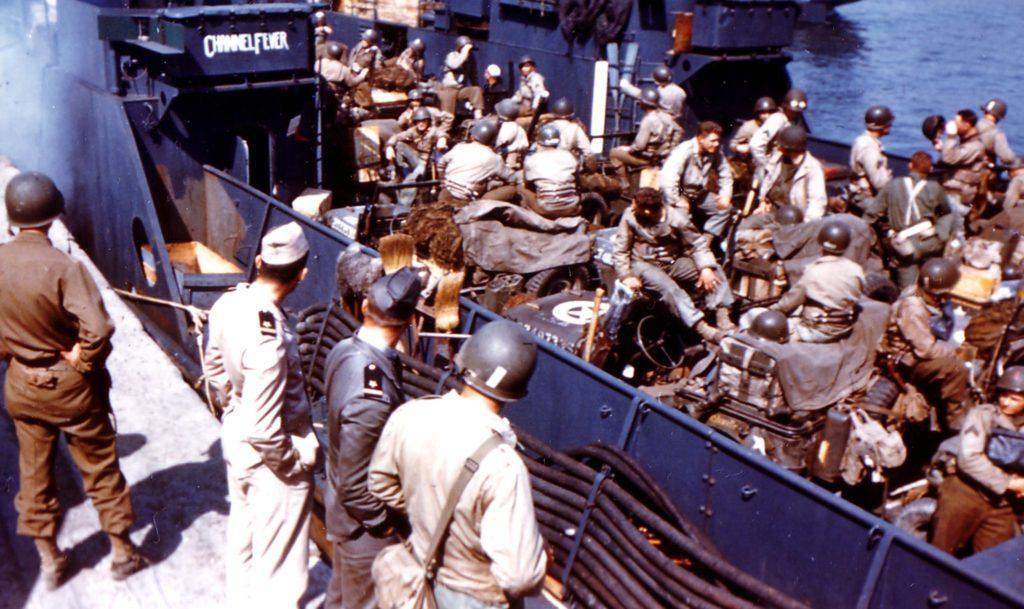 Личный состав и техника 1-й пехотной дивизии армии США на борту десантного судна LСT «Channel Fever» перед началом операции «Оверлорд»