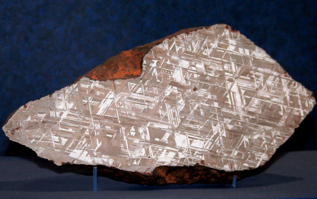 Видманштеттеновы фигуры на срезе метеорита