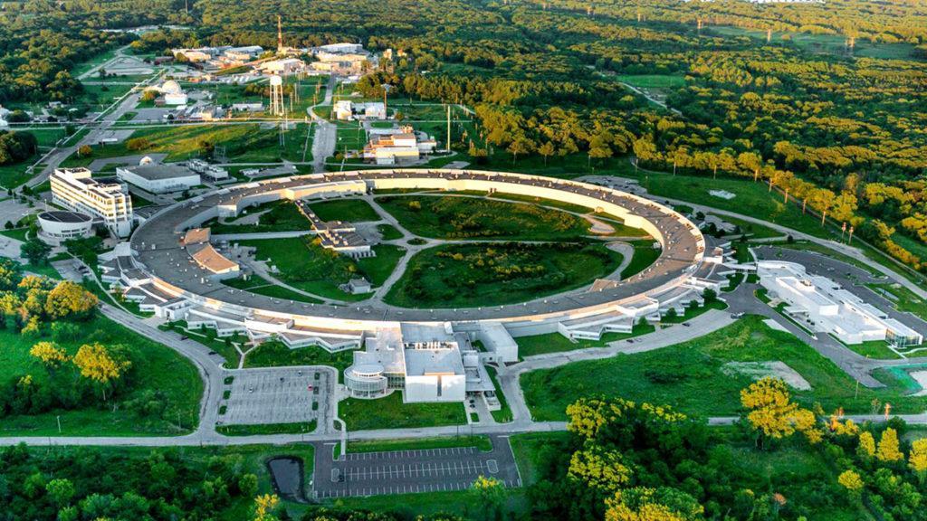 Кольцевое здание Advanced Photon Source в Аргоннской национальной лаборатории, где проводились эксперименты