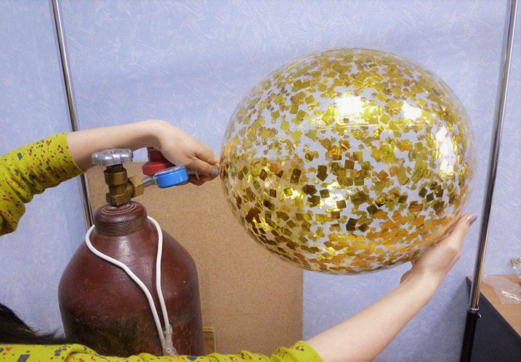 Процесс наполнения шарика гелием