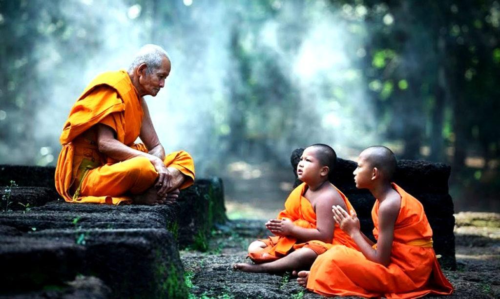 Жизнь буддийских монахов подчиняется ряду правил, которые зависят от взглядов определенной школы