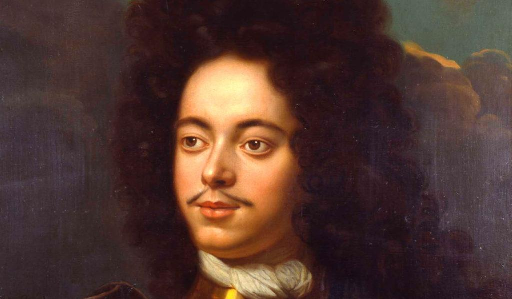 Петр I изредка носил пышный длинный парик - чаще короткую аккуратную накладку
