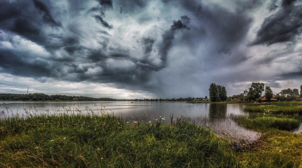 Река Волга во время дождя