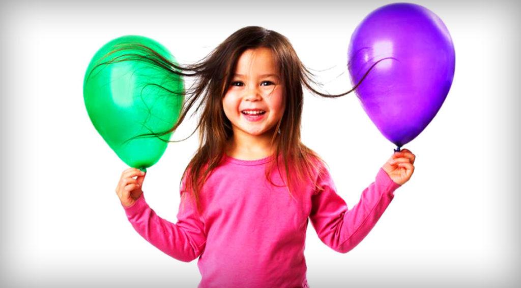 Часть электронов переходит на шарик с волос и он приобретает отрицательный электрический заряд