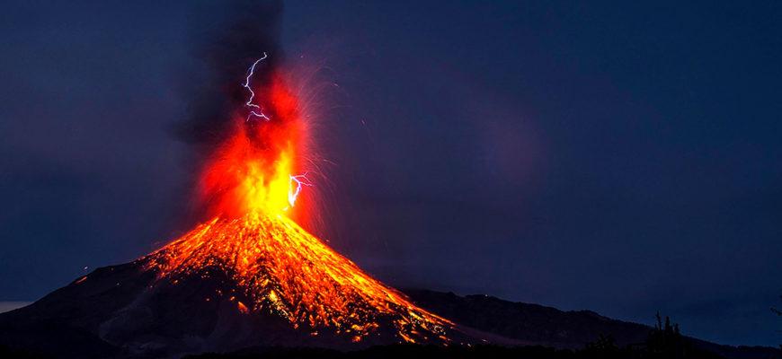 Со спутника получены ночные снимки извергающегося вулкана