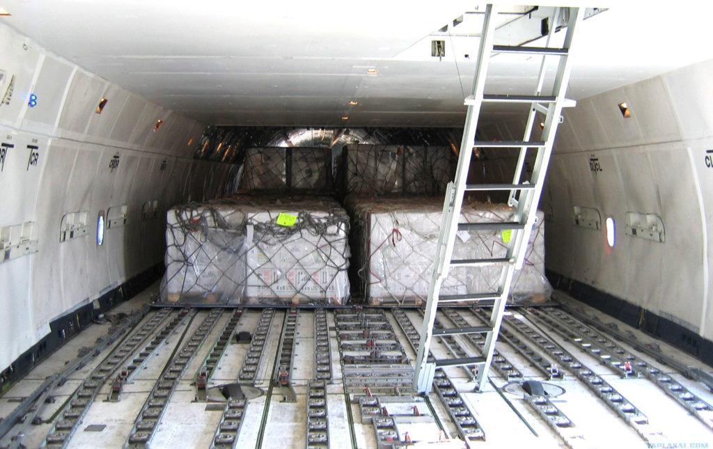 В грузовых самолетах действуют другие правила. На фото: лестница в кабину пилотов Боинга-747F