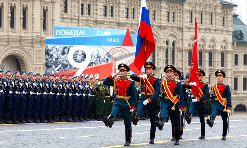 В Вооружённых силах России воинское приветствие выполняется сомкнутыми пальцами правой руки, выпрямленной кистью; в отличие от ряда других армий мира, при непокрытой голове воинское приветствие выполняется без поднесения руки, принятием строевого положения