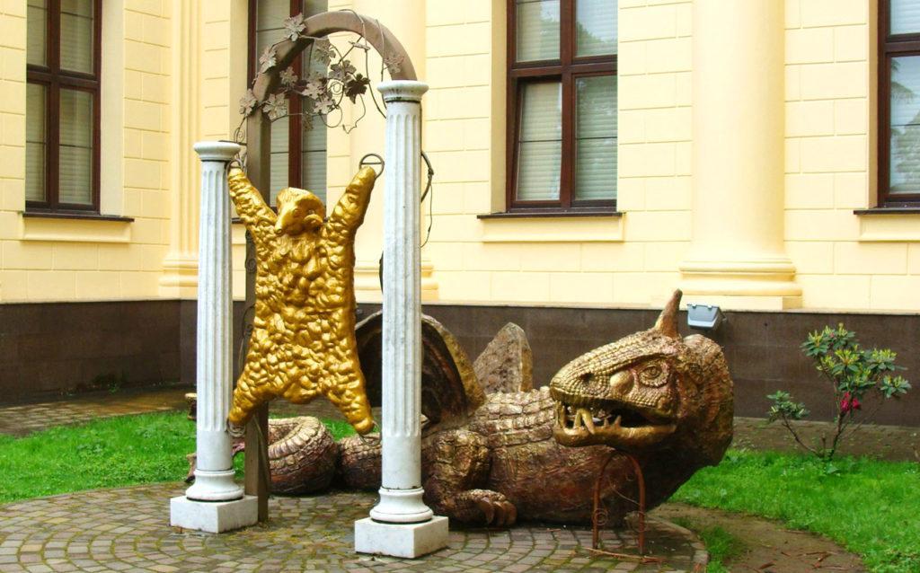 Скульптура, изображающая золотое руно и дракона, который его охраняет