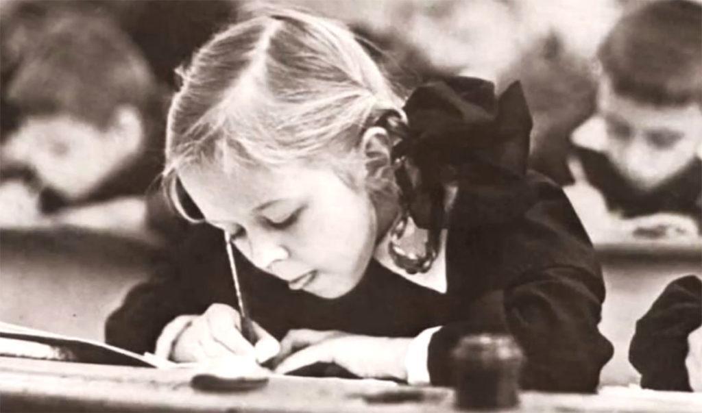 Первое время ученикам младших классов не разрешали пользоваться шариковыми ручками, поскольку считалось, что с их помощью невозможно выработать красивый почерк