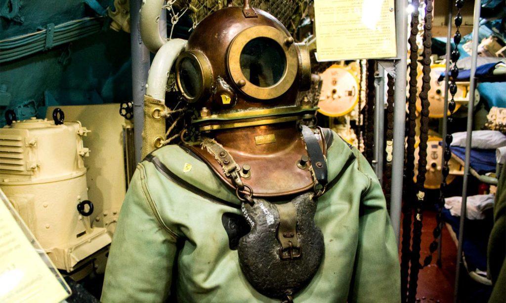 Старый водолазный костюм