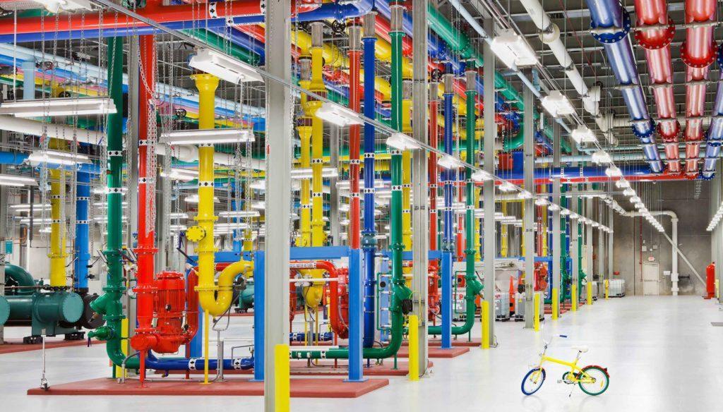 Дата-центр в штате Джорджия. Разноцветные трубы - это система охлаждения, а сотрудники передвигаются по помещениям на велосипедах