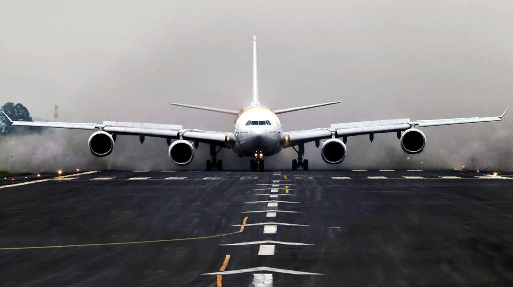 Airbus A340 на взлетно-посадочной полосе