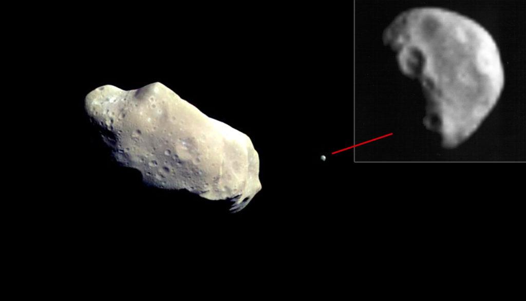 """Астероид Ида и его спутник Дактиль с максимальным увеличением. Изображение сделано космическим аппаратом """"Галилео"""" (США)"""