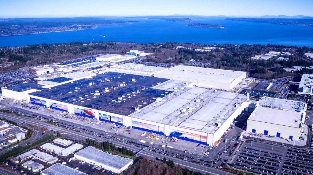 Самый большой завод в мире специализируется на самолетостроении. Местоположение – штат Вашингтон. Объем здания – более 13 млн м3, площадь – 399 тыс. м2.