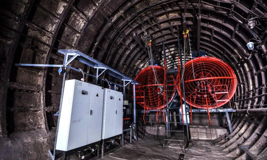 Вентиляционные турбины в шахте метро. Закачивают свежий воздух с улицы и удаляют душный воздух из метрополитена