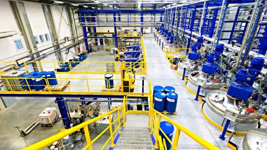 Процессы на заводе автоматизированы. Участие человека сведено к минимуму