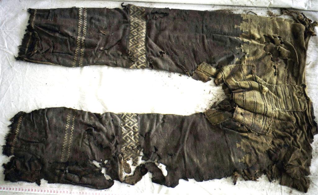 Брюки, найденные в захоронении Янхай. Хорошая сохранность объясняется сухим климатом