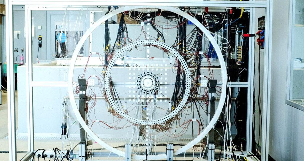 Проект для акустической иллюзии. Главный объект находится в центре между 2-я панелями из акрилового стекла