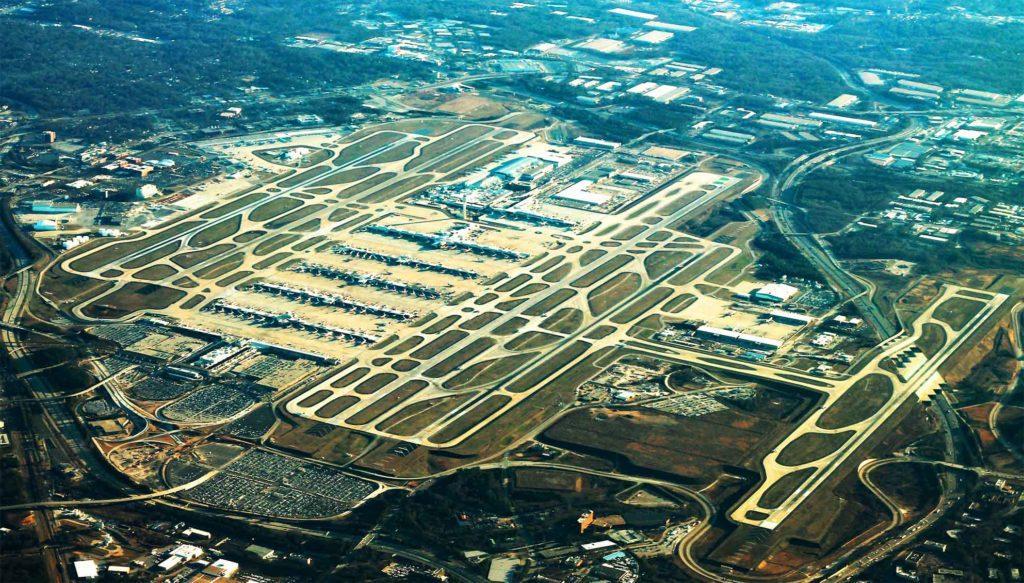 Самый крупный аэропорт по пассажиропотоку - Международный аэропорт Хартсфилд-Джексон Атланта, больше 100 млн чел. в год
