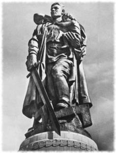 Статуя воина-освободителя в памятнике-ансамбле воинам Советской Армии, павшим в боях с фашизмом. Трептов-парк. Берлин.