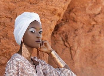 Почему у африканцев темная кожа, ведь она сильнее нагревается на солнце?