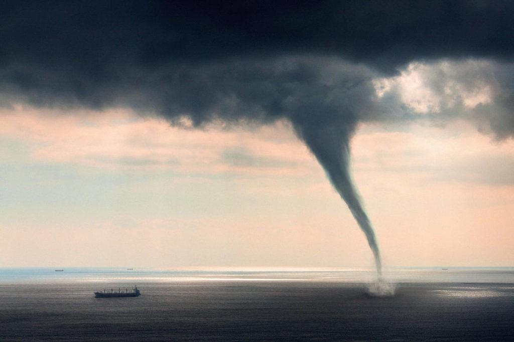 Смерч, торнадо над морем