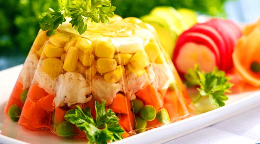 Разнообразие овощей и яркая подача - отличительная черта аспика
