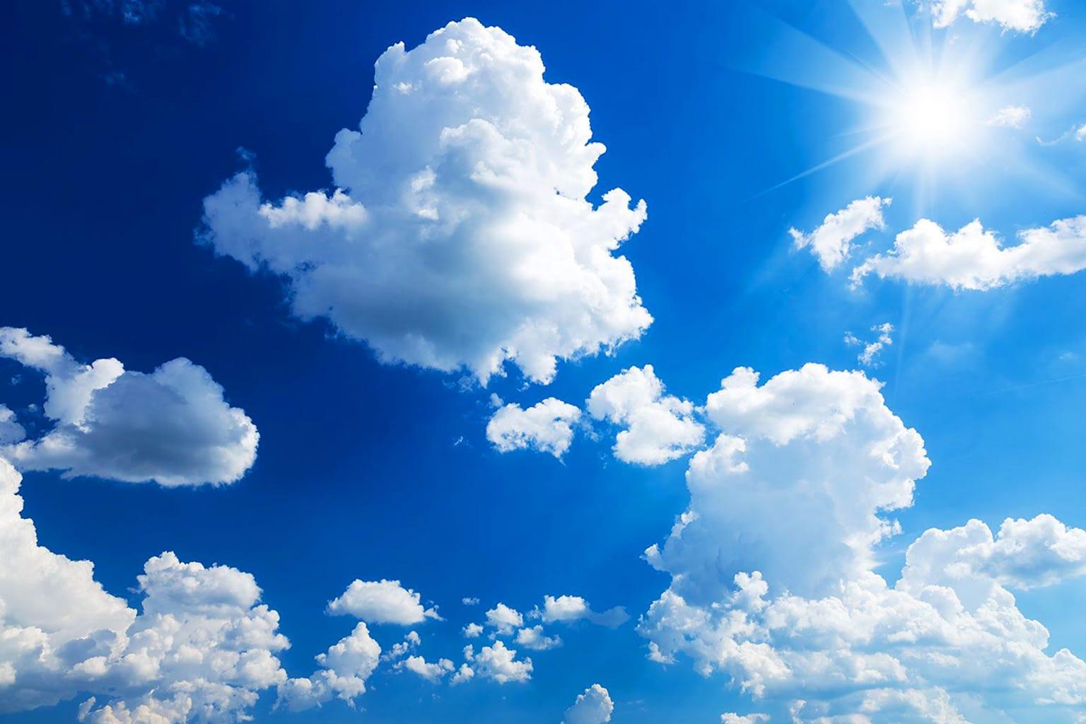 Ярко-белые и более плотные синеватые облака