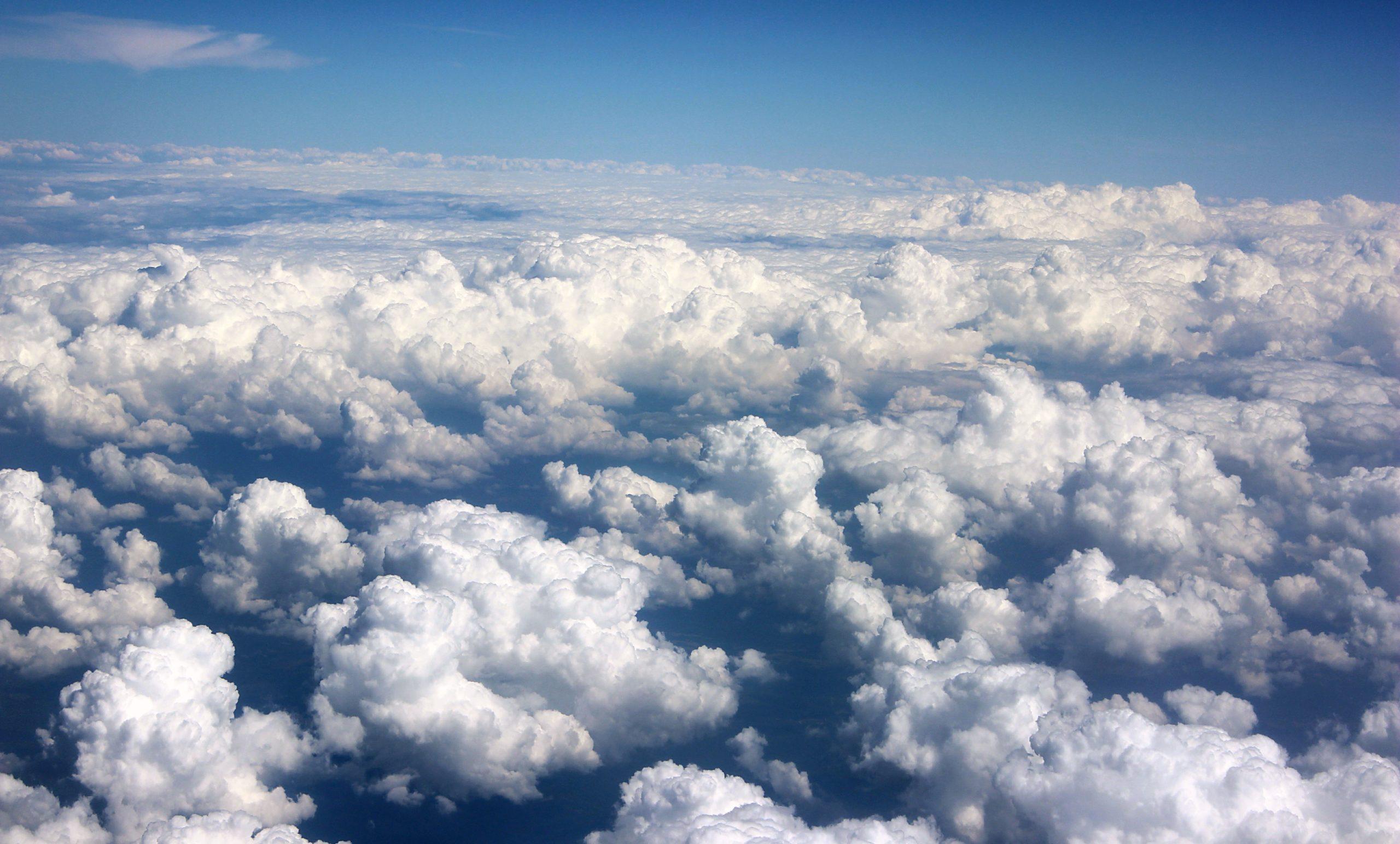 Почему облака движутся иногда в разных направлениях?