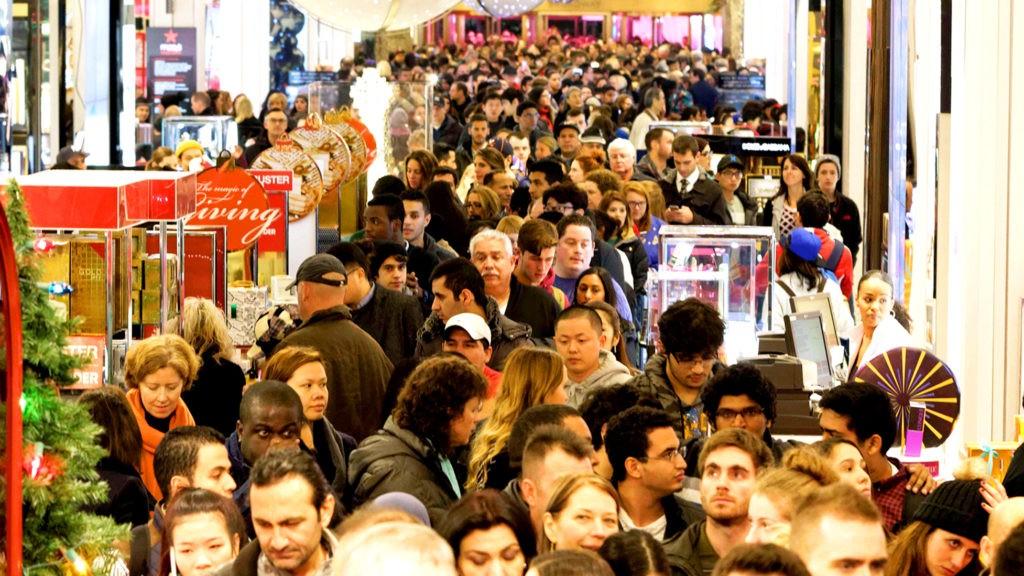 В Черную пятницу самые высокие скидки получают первые покупатели, поэтому длинные очереди до открытия магазинов - обычное явление