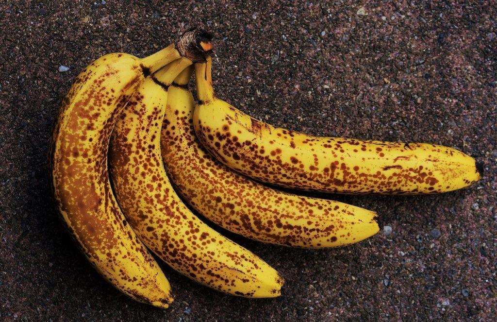 Образование черных точек на поверхности бананов в связи с отмиранием клеток